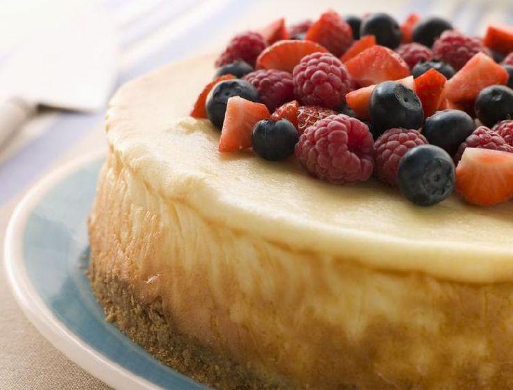 Tarta de queso y cerezas.   Una masa con copos de maíz forma la base de esta tarta de cerezas, que se rellena con queso crema, crema chantillí y cerezas. Se decora con muchos frutos.