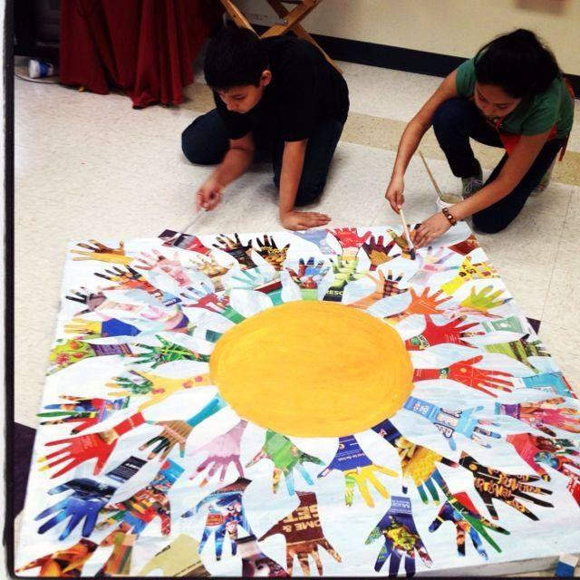 Con revistas, cartulinas o periódicos podemos hacer manos y crear murales.