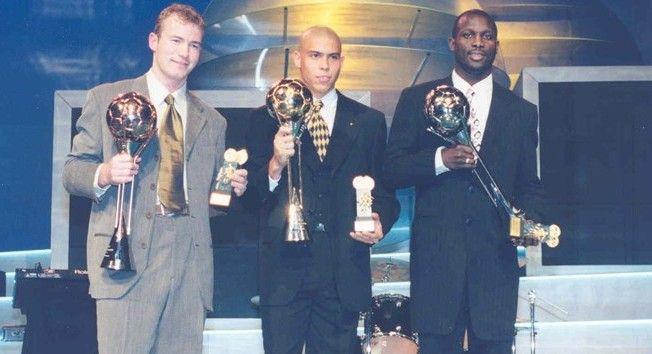 Ronaldo recebendo o prêmio de melhor do mundo ao de George Weah e Alan Shearer