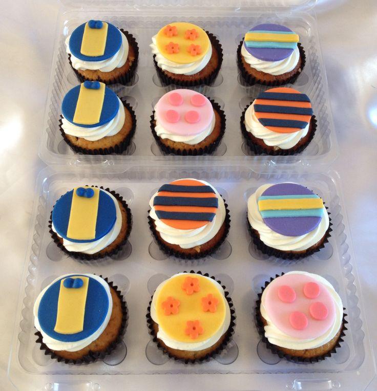 Cupcakes rellenos, cubiertos con crema y decorados según la temática.
