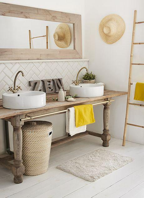 En jouant autour d'un vieux meuble de drapier, avec des produits à matière, on se crée une salle de bain unique.