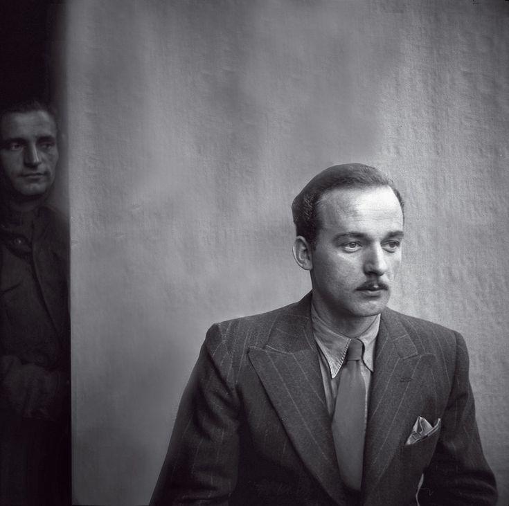 Vpozadí zaJindřichem Čoupkem stojí parašutista Jan Hrubý