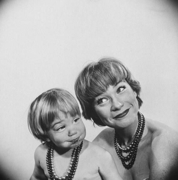 Actress Shirley MacLaine and her 2 1/2 year old daughter Sachi Parker. Location : CA, US Date taken:	1959 Photographer:	Allan Grant
