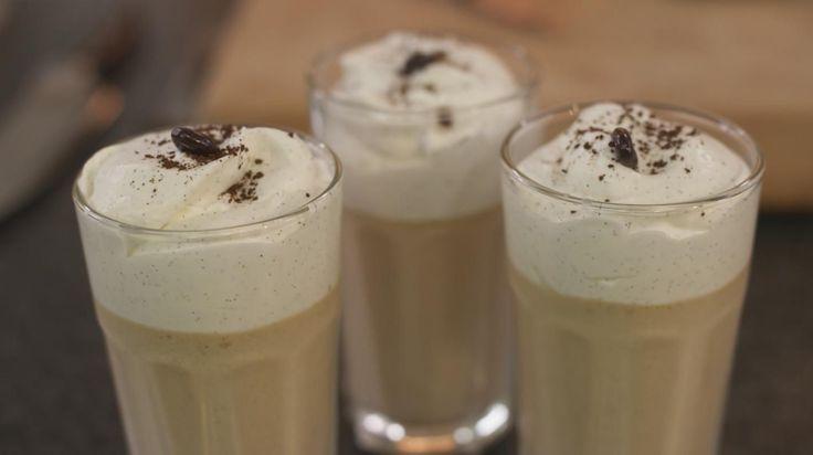 De zachte koffiemousse serveer je best in typische caffé macchiato-glazen. De mousse werk je af met een laag halfopgeklopte vanille-room, waardoor de glaasjes lijken op een koffie verkeerd. Begin op tijd aan de bereiding want de koffiemousse moet toch minstens 2 uur opstijven in de koelkast.