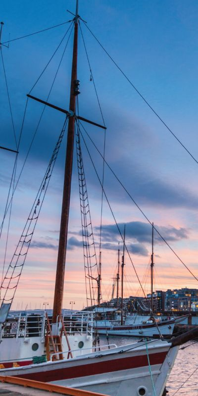 De beste opplevelsene er de man deler, gi de nygifte en opplevelsesgave på kveldscruise på Oslofjorden. Nyt ferske reker og godt selskap i denne flotte, tradisjonelle seilskuten, mens de myser utover den vakre fjorden i kveldssolen.