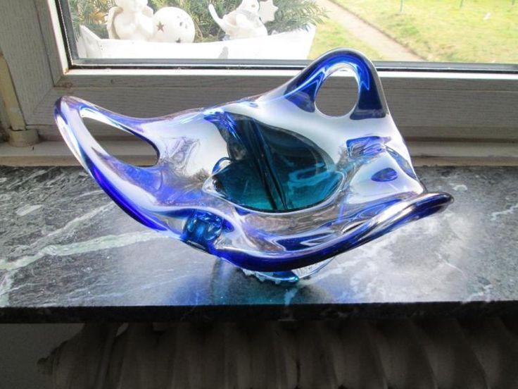 Sie erwerben eine stattliche. kobaltblaue Chribska-Schale im typischen Hospodka-Design. Die Schale zeigt zur Mitte hin einen aquamarinblauen Farbverlauf. die beiden Blautöne überfangen einen ansonsten transparenten, in seiner Form sehr dynamischen Glaskörper.Die Vasen tauchen gemeinhin häufiger auf - Die Schalen findet man sehr selten