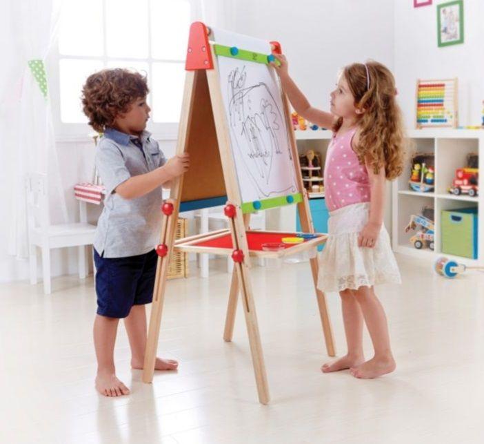 Schilderen, schrijven en tekenen op deze 2 zijdige tekenezel. De tekenezel is gemaakt van duurzaam hout en is verstelbaar in hoogte. Eén zijde kun je met krijt tekenen en schrijven, de andere zijde is een wit uitwisbaar bord. Tevens bestaat de mogelijkheid om met clips een papieren rol vast te zetten op het bord. De tekenezel is inclusief 3 schilderbekers met deksel en een papieren rol.Deze tekenezel is een prachtig cadeau voor alle jonge kunstenaars.Specificaties    2 zijdige schrijf, teken…