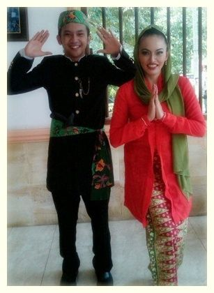 Dalam adat Betawi dikenal beberapa jenis model pakaian adat yang sedikit banyak mendapat pengaruh dari kebudayaan atau adat lainnya seperti budaya Arab, China, Melayu dan Budaya Barat.