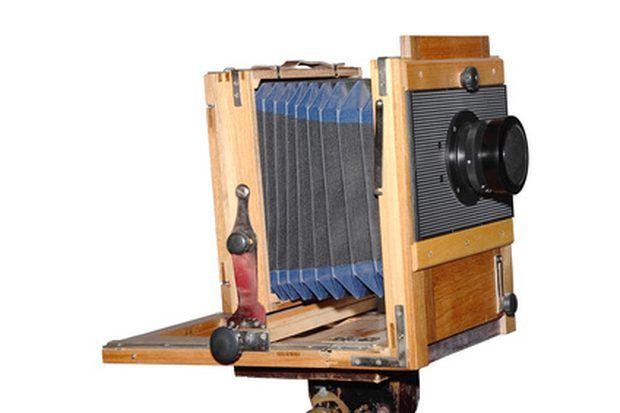 Fazer seu próprio fole, tanto para repor um antigo em uma câmera já existente ou se você está construindo uma câmera retrô nova, é uma opção que pode economizar dinheiro, pois foles de câmeras costumam ser caros. Uma coisa é indispensável ao realizar esse projeto: todos os potências vazamentos de luz devem ser completamente selados. Câmeras de médio formato com visor direto possibilitam a você eliminar o efeito trapézio (que ocorre em alguns modelos de câmera distorcendo a imagem projetada…