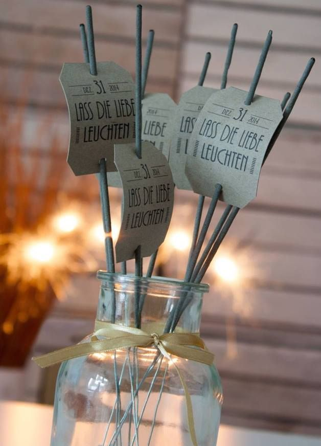 Ob zum Einzug des Brautpaares zur Feier, beim Hochzeitstanz oder zum Feuerwerk um Mitternacht: Mit diesen tollen Wunderkerzen sorgt ihr sicher für einen tollen Hingucker auf Eurer Hochzeit. Die...