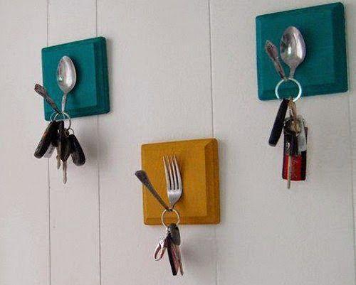 Garfos antigos de metal se transformaram em porta-chaves.