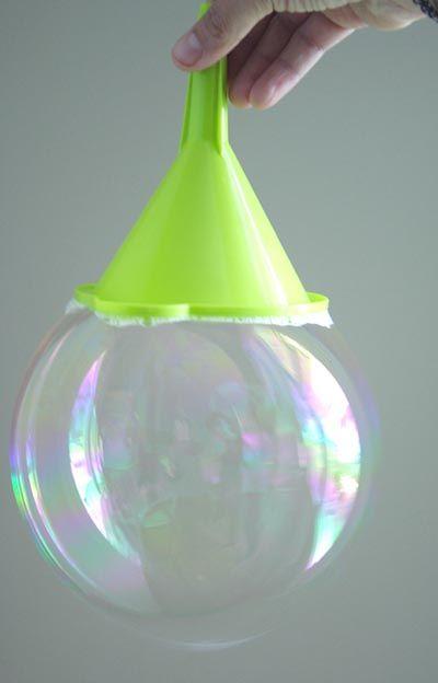 Animation pour un anniversaire enfant - faire des bulles de savon géantes : voici la recette bulles de savon