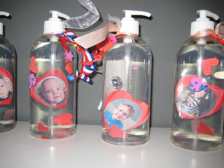 Kijk eens wat leuk! Een zeepflesje met een foto van de kinderen erin. ∣ Look how nice! A soap bottle with a picture of the kids in it. ∣ #Mother's #Day #Moederdag #idee