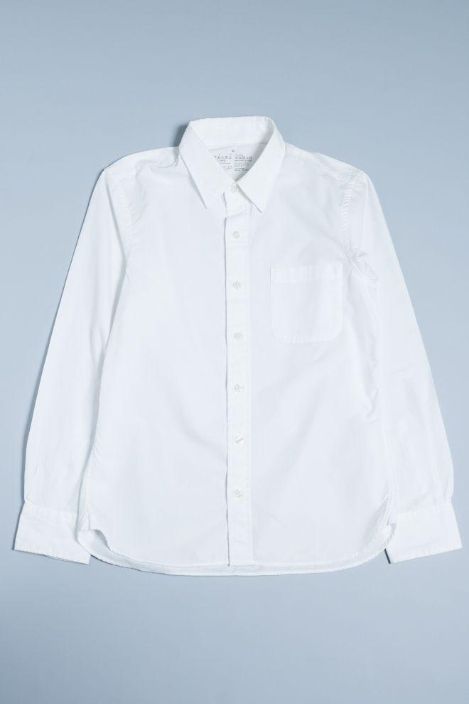 モノ選びの達人を目指し、ファッションの定番をリサーチする「ファッションギークへの道」第2弾のテーマは「白の無地シャツ」。シルエットや着心地、透け感など、メンズのSサイズを基準に様々なブランドの定番白シャツをレビューします。vol.2は「無印良品」。