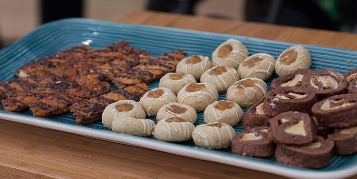 Kokosflarn med passionsfrukt, choklad och lakritsjitterbuggar, kardemummakakor med päron av Johanna Cronwall, recept från andra avsnittet av tredje säsongen av Hela Sverige Bakar. Alla recept från programmet hittar du på kungsornen.se. Hoppas det smakar!