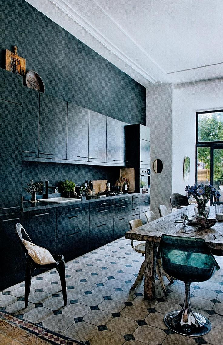 black cabinets with wooden refectory table/armoires noirs avec table en bois réfectoire