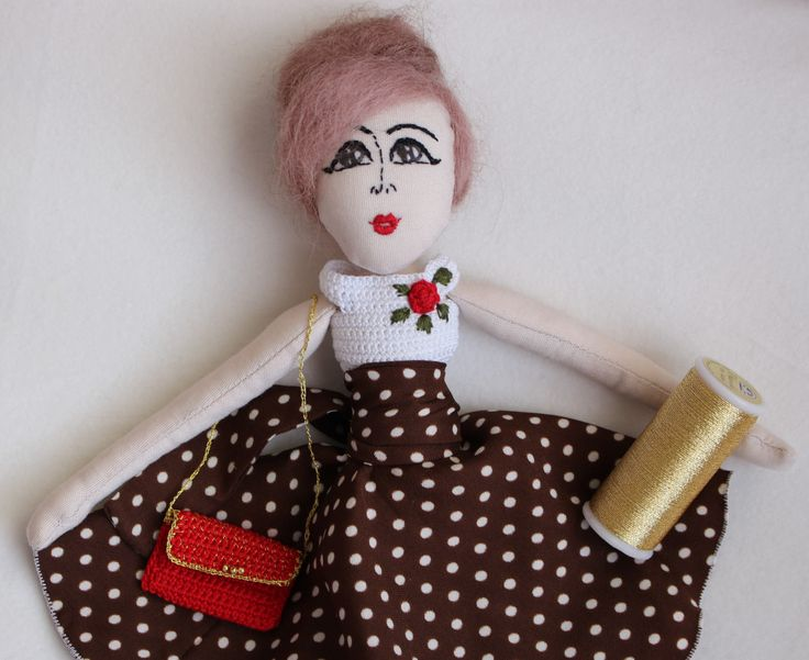 Bambola pin up di stoffa anni 1950, realizzata e ricamata a mano. Capelli in lana infeltrita a mano. Maglia crochet e gonna a pois. di LinaCrochetandDolls su Etsy