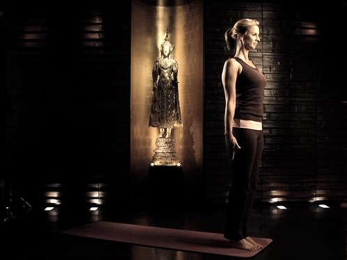 Yoga Übungen: Das Wurzel-Chakra (Video 1: Muladhara) |  Sitz: Beckenboden bzw. Steißbein |  Bedeutung: Willenskraft, Instinkt, Stabilität |  Fragen: 1. Ich liebe es, Zeit in der Natur zu verbringen. 2. Ich betrachte die Dinge sehr realistisch. 3. Ich lebe im Hier und Jetzt.