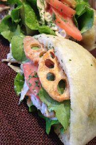 B・L・Tサンドチーズチャパタの中にはベーコン・レタス・トマト・バーベキューソースがたっぷり!