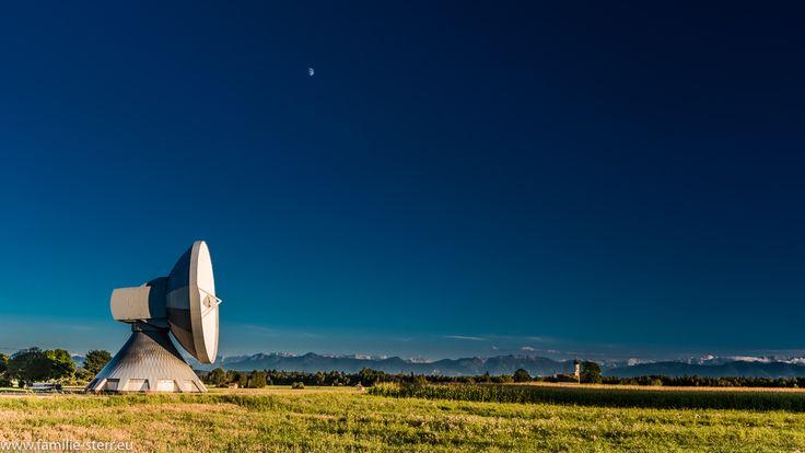 Parabolantenne, Kirche und Mond vor der Aalenkette mit der Zuspitze…