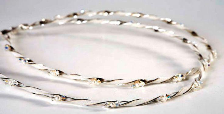 Ασημένια Στέφανα Γάμου - Swarovski και μαργαριτάρια Στέφανα γάμου χειροποίητα, από ασήμι 925 με λουστρέ επιφάνεια, κρύσταλλα swarovski, λευκά μαργαριτάρια και λευκό δέρμα. Ένα ζευγάρι στέφανα γάμου κλασσικό και διαχρονικό. Το συγκεκριμένο ζευγάρι στέφανα γάμου είναι ασημένιο και φέρει γν