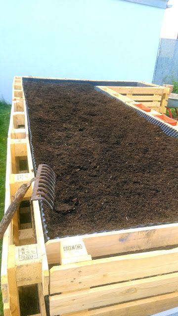 Ein Hochbeet aus Paletten (Füllung) #paletten #upcycling #hochbeet #handmade #diy #garten #garden