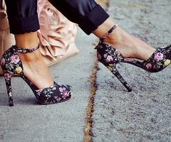 : Floralfashion, Summer Shoes, Flowers Prints, Flowers Fashion, Floral Prints Shoes, Floral Heels, Black High Heels, Floral Fashion, Floral Shoes