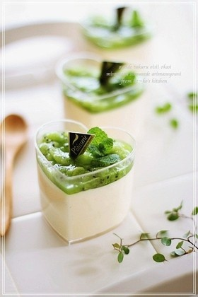 Cheese cake with kiwi mousse - do not know if it tastes good, but i like the color contraste