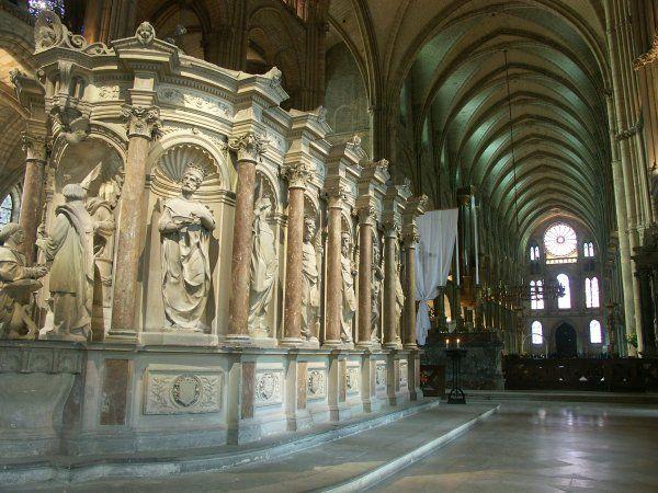 Classé au patrimoine mondiale de l'UNESCO, l'ancienne abbaye St-Rémi de Reims abrite aujiurd'hui les magnifiques collections du musée historique de la ville. A noter: le dallage de l'ancienne abbatiale St-Nicaise, exposé dans le bas-côté nord de la nef de l'église. Le tombeau de Rémi situé dans le choeur. Dans le musée, l'extraordinaire salle capitulaire gothique, l'escalier d'honneur 18°s et le sarcophage de Jovin parmi les collections antiques.