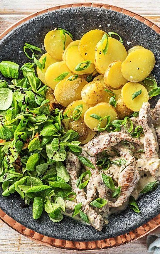 Step by Step Rezept: Rindergeschnetzeltes in Rosmarinsoße dazu Ofenkartoffeln und Feldsalat mit Birne  Rezept / Kochen / Essen / Ernährung / Lecker / Kochbox / Zutaten / Gesund / Schnell / Frühling / Einfach / DIY / Küche / Gericht / Blog / Leicht  / Kartoffeln / Rind / 35 Minuten / Salat   #hellofreshde #kochen #essen #zubereiten #zutaten #diy #rezept #kochbox #ernährung #lecker #gesund #leicht #schnell #frühling #einfach #küche #gericht #trend #blog #rind #rindergeschnetzeltes #rosmarin