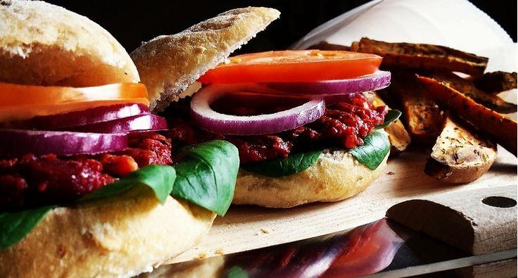 Deze vegetarische rode biet burger is de perfecte burger voor wie een gezonde maaltijd op tafel wil toveren! Deze hamburger zal gegarandeerd succes hebben!