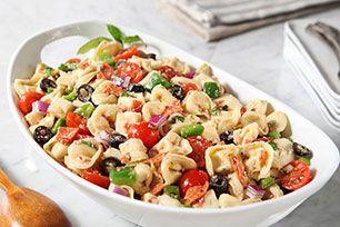 Salade de tortellinis et de mozzarella ----------------------Juste un petit mot au sujet de cette savoureuse salade de tortellinis au fromage et au mozzarella: on vous demandera certainement la recette, alors assurez-vous d'en avoir des exemplaires sous la main!