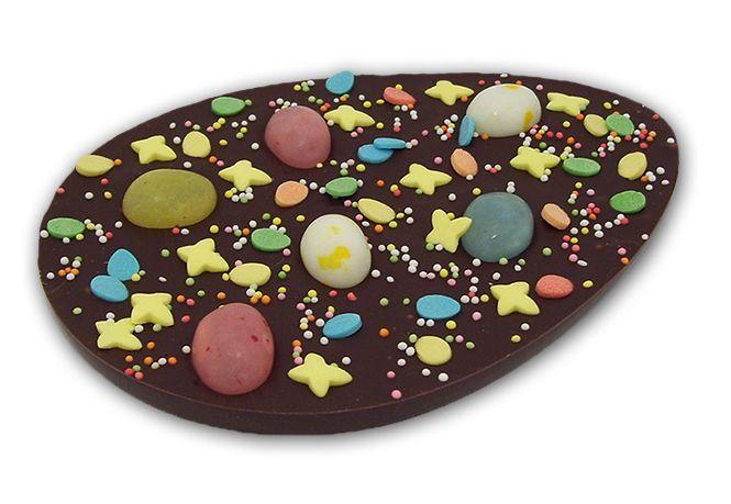 Paasei van pure chocolade met suikerdecoratie en suikereitjes