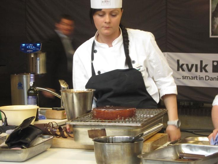 Kristina Jensen glacerer kagen, før den skal afleveres til dommerne.