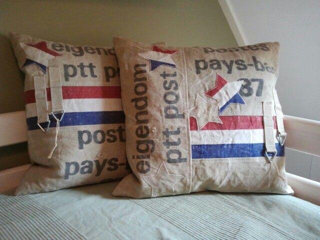 Kussens gemaakt voor mijn zoon, van een oude PTT Postzak.