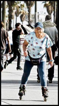 Забавы русских пенсионеров. Катание на роликовых коньках улучшает гибкость и подвижность в суставах.