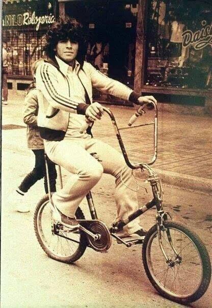 Maradona en su bici con asiento banana y manubrio palomita..