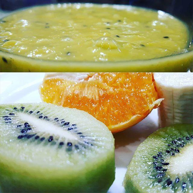 💚 ☞#wojti_gotuje . . Koktajl z kiwi, bananów i pomarańczy🍌🍌🍹🍹🍹🍹 WARTOŚCI ODŻYWCZE:  Energetyczność posiłku:  363,64 kcal Białko: 4,20 g Tłuszcz: 12,17 g Węglowodany: 58,69 g  SKŁADNIKI: Banan - 1 duża sztuka (160 g) Olej z pestek winogron - 1,5 łyżki (10 g) Pomarańcza - 1 duża sztuka (300 g) Kiwi - 2,25 sztuki (160 g)