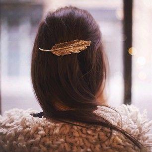 la plume, la tendance de cette année, adoptez  pour la barrette plume pour accessoiriser vos cheveux.