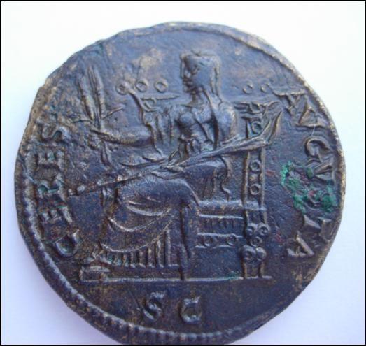 egyptianlapis lazuli  | Céres est souvent représentée assise, des épis de blé en main.