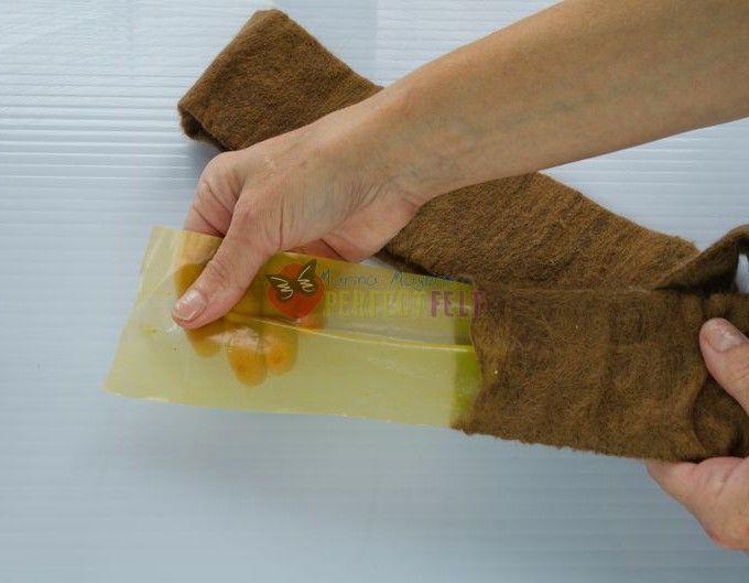 Мастер-класс «Валяем сумку из кардочеса» не новый, но войлочное сообщество постоянно растёт и в его орбиту вовлекаются все новые и новые «обращённые», поэтому я решила разместить его здесь, может он кому-нибудь ещё пригодится. Итак, нам понадобится шерсть 300 г бежевого цвета и 100 гкоричневого, материал для шаблона (плотная плёнка), мыло, вода, пузырьковая плёнка (пупырка), ВШМ…