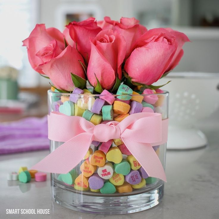 Candy Heart Valentine Bouquet. DIY Valentine's Day bouquet using candy hearts! Roses and conversation hearts inside of a vase... Adorable!