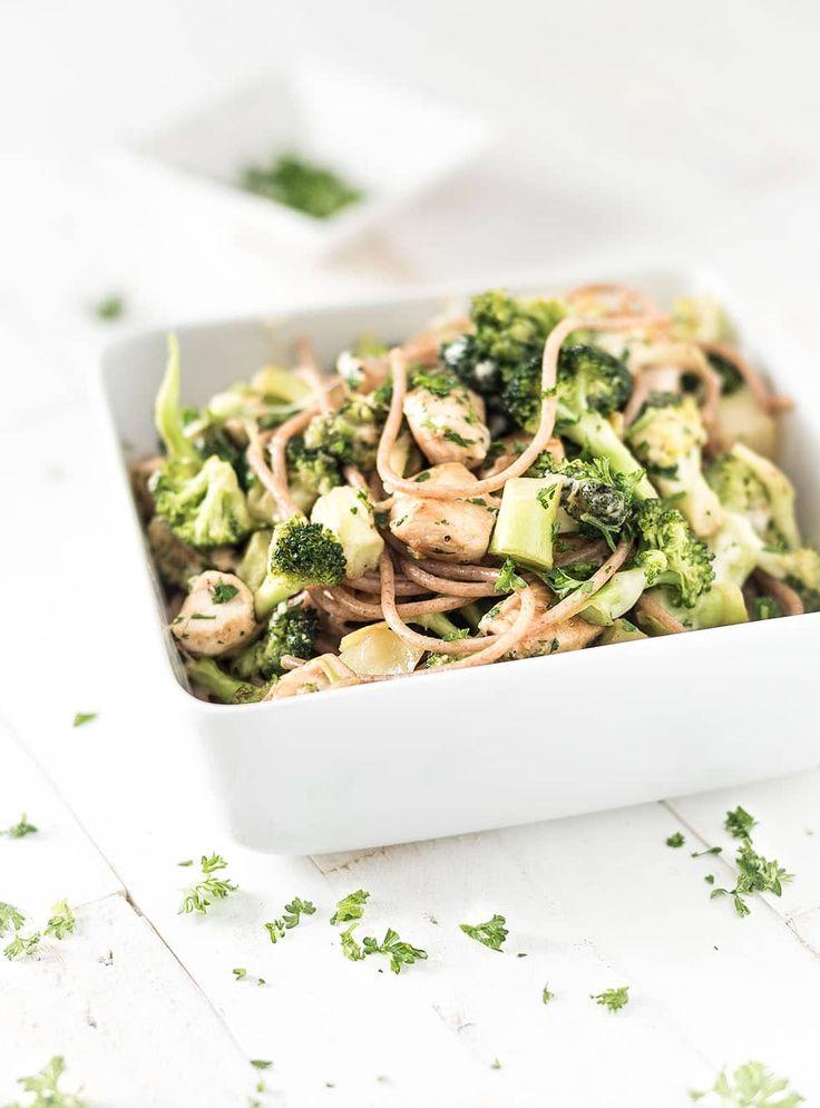 Lekker gerecht met veel groente. De broccoli krijgt een romig jasje door de parmezaanse kaas. Heerlijk in combinatie met de kip en de volkorenpasta