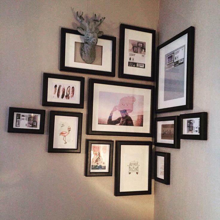 Fotolijsten Ikea creatief aan de muur. Diverse maten lijstjes gebruikt.