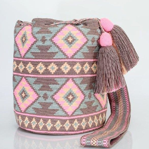541 отметок «Нравится», 4 комментариев — Just Wayuu (@just.wayuu) в Instagram: «Handcrafted handbags made by indigenous wayuu in the north of Colombia. Worldwide shipping – envíos…»
