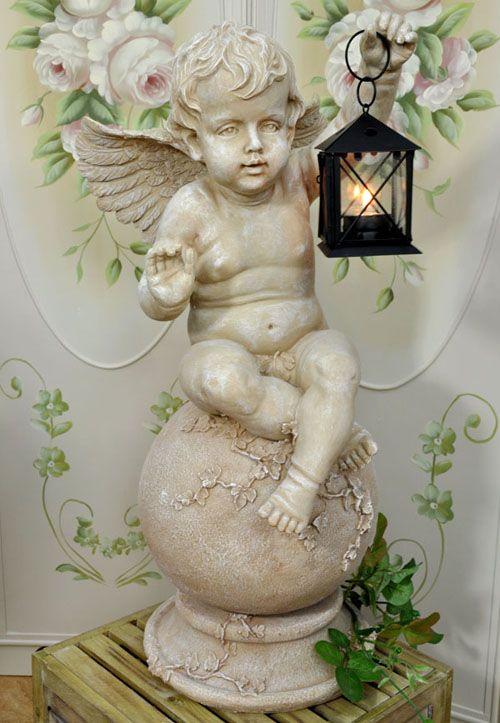 Przepiękna, wysoka figura siedzącego na kuli, uroczego aniołaa z latarenką / Romantic beautiful angel figure with a lantern