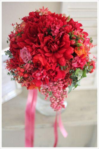 赤いダリアとバラのブーケ。 踊るようにカールした花びらが特徴的なバラ「アンダルシア」がポイント。
