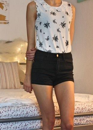 Kaufe meinen Artikel bei #Kleiderkreisel http://www.kleiderkreisel.de/damenmode/blusen/133403116-weisses-armelloses-oberteil-mit-schwarzem-blumenmuster-und-spitzenkragen