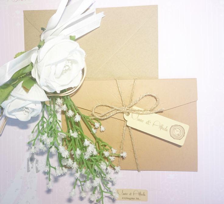 Partecipazione con tasca della collezione nature su carta avana venata disponibile in altre colorazioni
