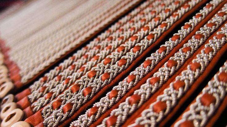 Armband i tenntråd och renskinn med renhornsknappar http://skinnbiten.sundq.se